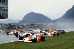 Start kazası, Andrea de Cesaris, McLaren M29F-Ford Cosworth; Hector Rebaque, Brabham BT49C-Ford Cosworth; Mario Andretti, Alfa Romeo 179C; Rene Arnoux, Renault RE20; John Watson, McLaren M29F-Ford Cosworth; Chico Serra, Fittipaldi F8C-Ford Cosworth; Ricard