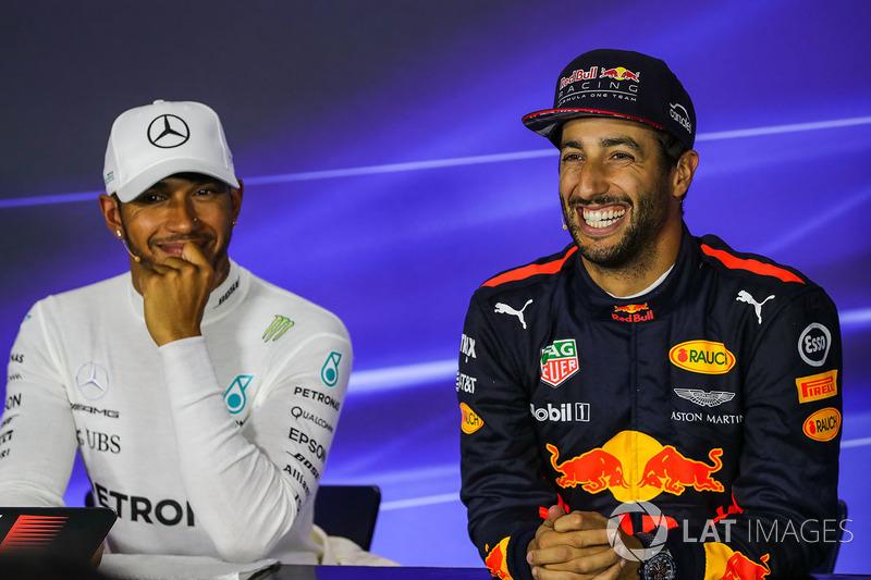 Daniel Ricciardo, Red Bull Racing y el Ganador de la pole Lewis Hamilton, Mercedes AMG F1 en conferencia de prensa