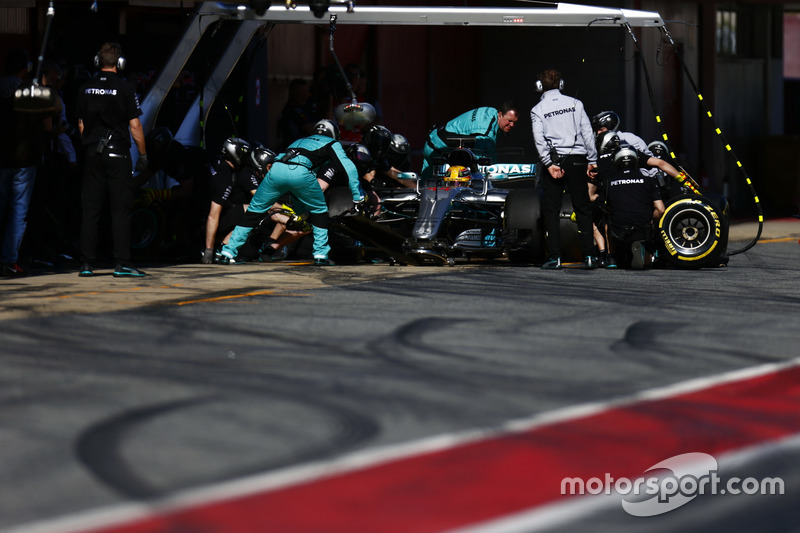 Lewis Hamilton, Mercedes F1 W08, receives pit stop service from his crew