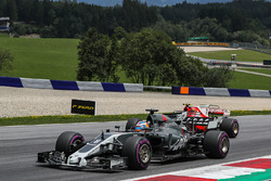 Ромен Грожан, Haas F1 Team VF-17, и Кими Райкконен, Ferrari SF70H