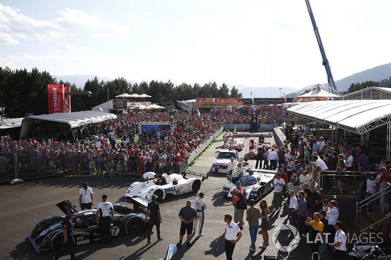 Машини у паддоку перед парадом легенд