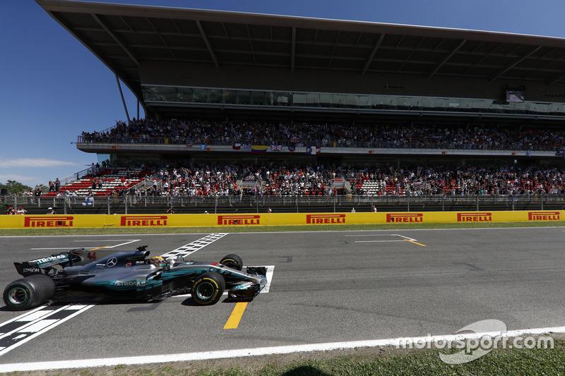 Lewis Hamilton, Mercedes AMG F1 W08, passe la ligne d'arrivée et s'impose