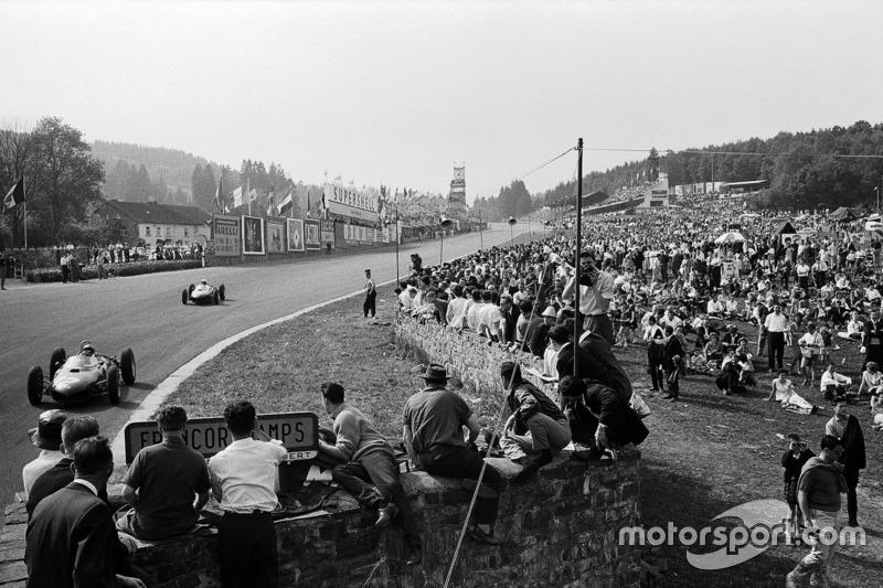 Ricardo Rodriguez ve Ferrari takım arkadaşı Phil Hill Eau Rouge'a doğru yol alıyorlar