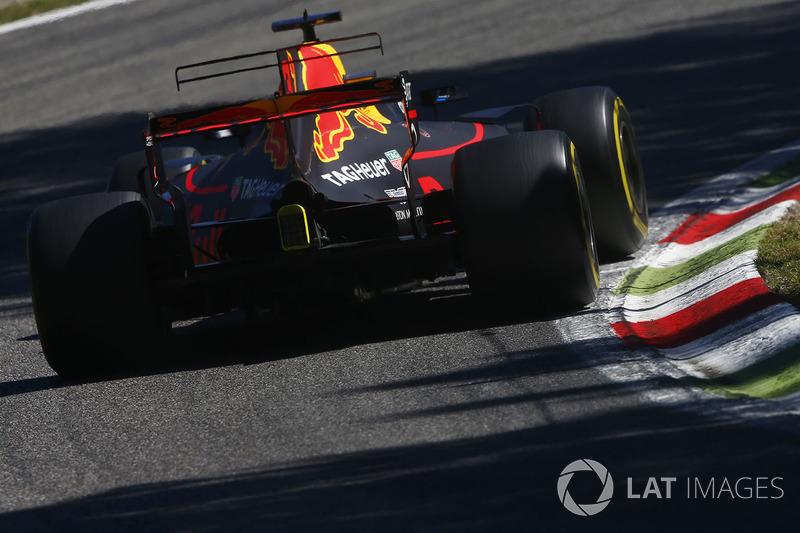 """Já Daniel Ricciardo deu o """"pulo do gato"""" com ultrapassagens e na estratégia. Ele largou com os pneus macios, estendeu seu primeiro stint e usou supermacios no fim."""