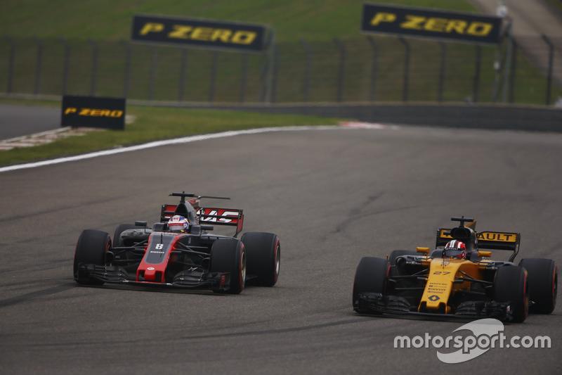 Romain Grosjean, Haas F1 Team VF-17, passes Nico Hulkenberg, Renault Sport F1 Team RS17