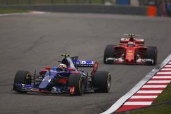 Carlos Sainz Jr., Scuderia Toro Rosso STR12; Kimi Räikkönen, Ferrari SF70H