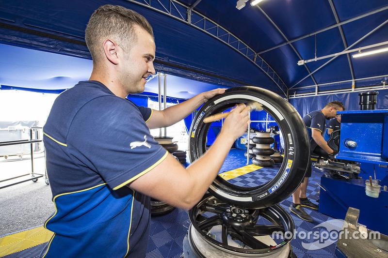 Механік Michelin взуває шини