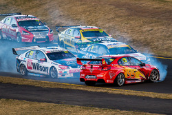 Garth Tander, Garry Rogers Motorsport, Will Davison, Tekno Autosports Holden crash