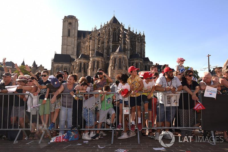 Fans bei der Fahrerparade