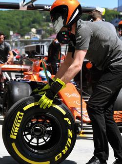 Механик McLaren и шина Pirelli
