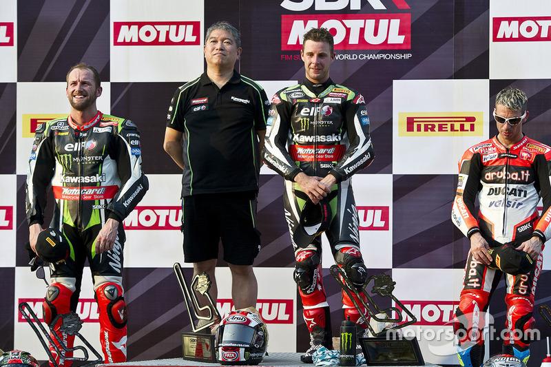 Podium: ganador, Jonathan Rea, Kawasaki Racing, segundo, Tom Sykes, Kawasaki Racing, tercero, Marco Melandri, Ducati Team con Shigemi Tanaka, Kawasaki Racing