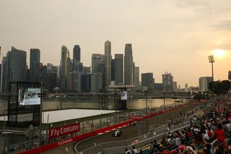 Fans y Lance Stroll, Williams FW41, Kevin Magnussen, Haas F1 Team VF-18