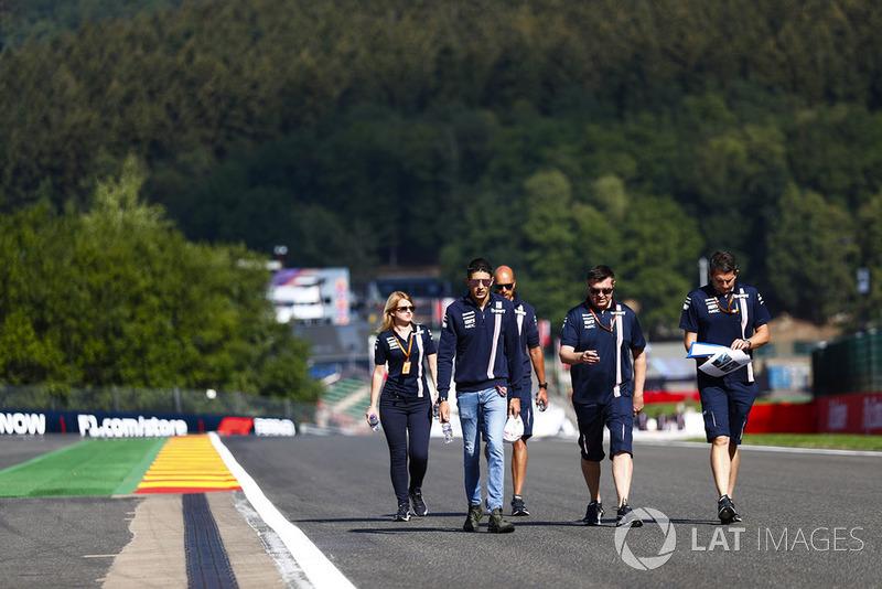 Esteban Ocon, Force India, parcourt la piste à pieds avec son équipe