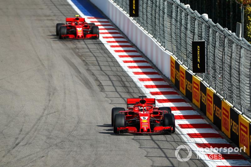 Sebastian Vettel, Ferrari SF71H, precede Kimi Raikkonen, Ferrari SF71H