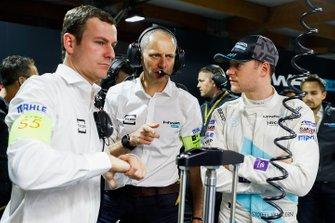 Stoffel Vandoorne, HWA Racelab, parla con il suo ingegnere Tony Ross, nel garage