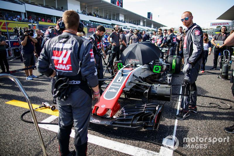 Ingenieros en el auto de Romain Grosjean, Haas F1 Team VF-18