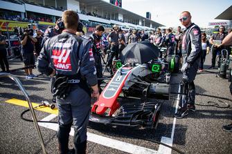 Engineers on the grid with the car of Romain Grosjean, Haas F1 Team VF-18