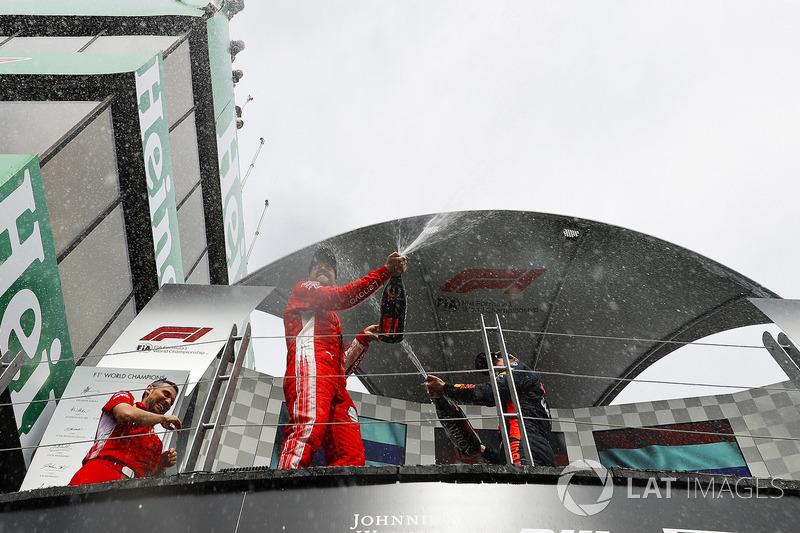 Le vainqueur Sebastian Vettel, Ferrari, avec le champagne sur le podium