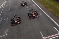 Daniel Ricciardo, RB7, Max Verstappen, RB8 y David Coulthard, RB7, durante Jumbo Race Days