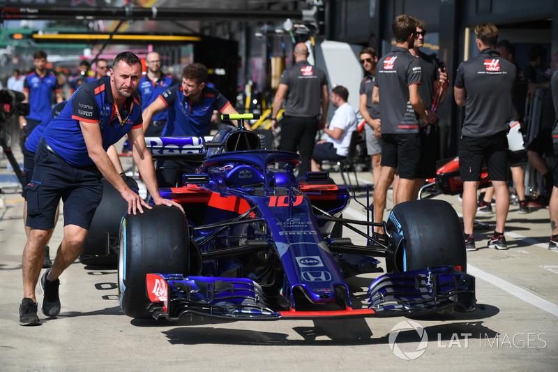 Des mécaniciens Scuderia Toro Rosso avec la Scuderia Toro Rosso STR13