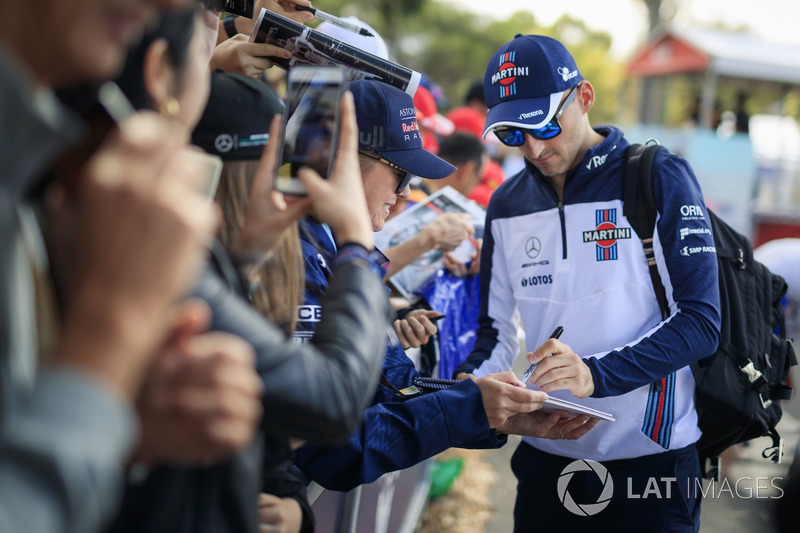 Robert Kubica, Williams signs autographs for the fans