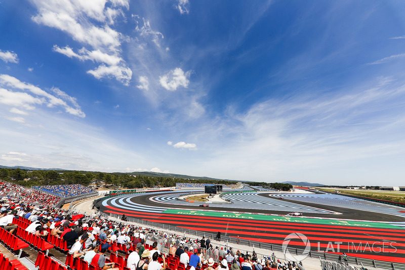 Daniel Ricciardo, Red Bull Racing RB14, y Sergio Perez, Force India VJM11