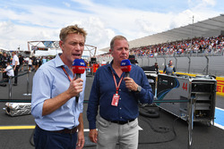 Simon Rennie, ingeniero de carreras de Red Bull Racing y Martin Brundle, Sky TV en la parrilla