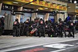 Romain Grosjean, Haas F1 Team VF-18, s'arrête au stand