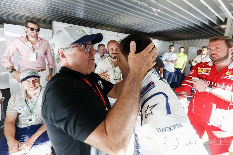 Гонщик Williams Фелипе Масса со своим отцом