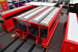 Camiones de Ferrari en el Paddock