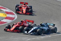 Kimi Raikkonen, Ferrari SF71H lotta con Valtteri Bottas, Mercedes-AMG F1 W09 EQ Power+