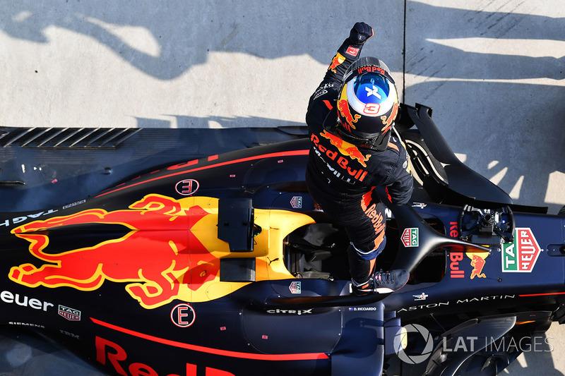 Daniel Ricciardo, Red Bull Racing RB14 fête sa victoire dans le Parc Fermé