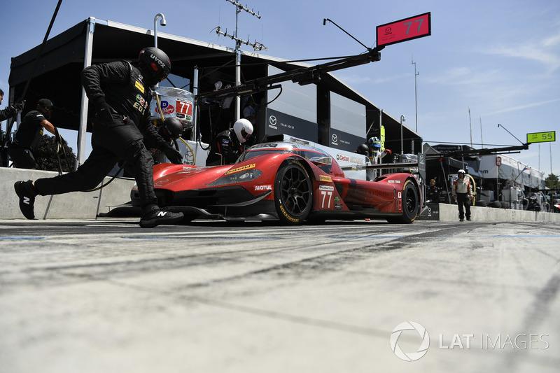 #77 Mazda Team Joest Mazda DPi, P: Oliver Jarvis, Tristan Nunez, René Rast, pit stop