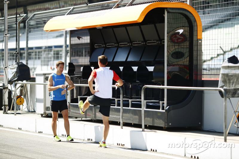 Stoffel Vandoorne, McLaren, si prepara a fare jogging in pit lane, con il suo preparatore