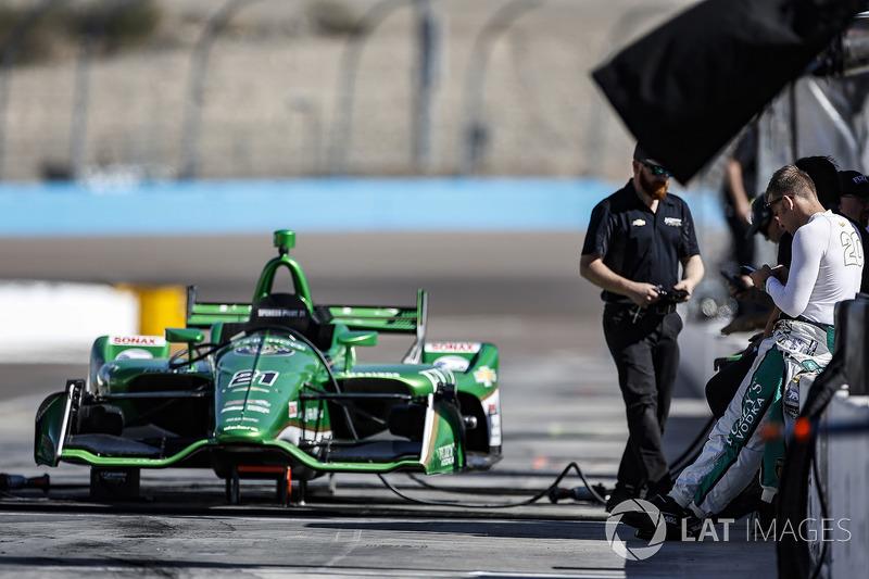 Ed Carpenter, Ed Carpenter Racing Chevrolet espera la prueba del coche de Spencer Pigot, Ed Carpenter Racing Chevrolet