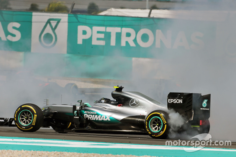 Nico Rosberg, Mercedes AMG F1 W07 Hybrid recovers from being hit at the start of the race