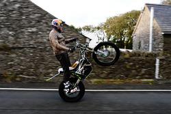 Dougie Lampkin mit Wheelie um die Isle of Man