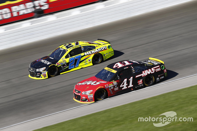 Kurt Busch, Stewart-Haas Racing Chevrolet, Paul Menard, Richard Childress Racing Chevrolet