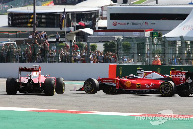 Sebastian Vettel, Ferrari SF16-H trompea junto con su compañero de equipo Kimi Raikkonen, Ferrari SF16-H al inicio de la carrera