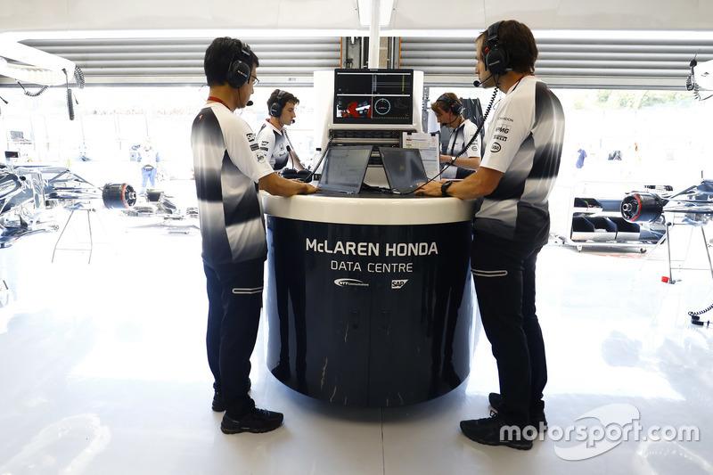 Ciaron Pilbeam, Capo ingegnere di pista McLaren lavora con i colleghi nel box
