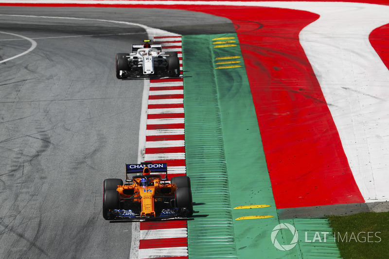 Fernando Alonso, McLaren MCL33, Charles Leclerc, Sauber C37, to the grid