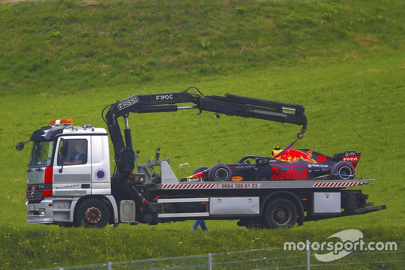 Эвакуация автомобиля RB14 Макса Ферстаппена, Red Bull Racing