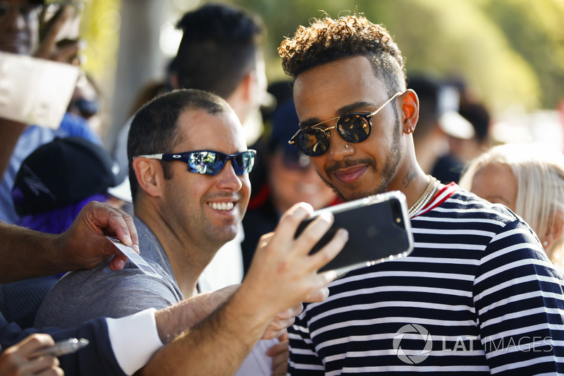 Lewis Hamilton, Mercedes AMG F1, posa per un selfie con un fan