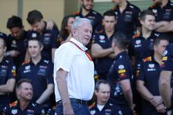 Dr Helmut Marko, Red Bull Motorsport Consultor en la foto de equipo Red Bull Racing