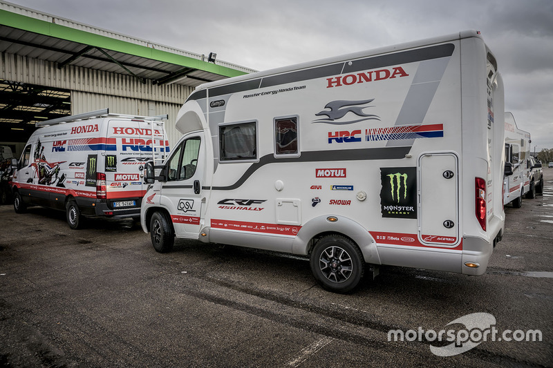 2018 40º Rallye Raid Dakar Perú - Bolivia - Argentina [6-20 Enero] Dakar-teams-transport-to-lima-2017-monster-energy-honda-team-support-vehicles