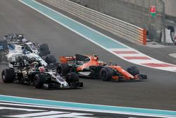 Старт гонки: Стоффель Вандорн, McLaren MCL32, и Кевин Магнуссен, Haas F1 Team VF-17