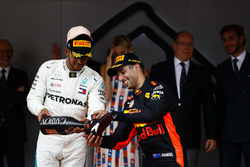 Обладатель третьего места Льюис Хэмилтон, Mercedes AMG F1, и победитель Даниэль Рикардо, Red Bull Racing