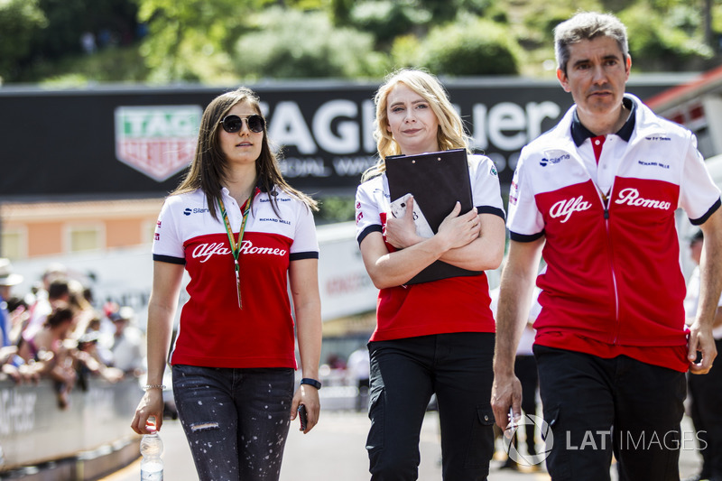 Tatiana Calderon, Sauber avec Ruth Buscombe, stratège Sauber et Xevi Pujolar, responsable de l'ingénierie en piste Sauber