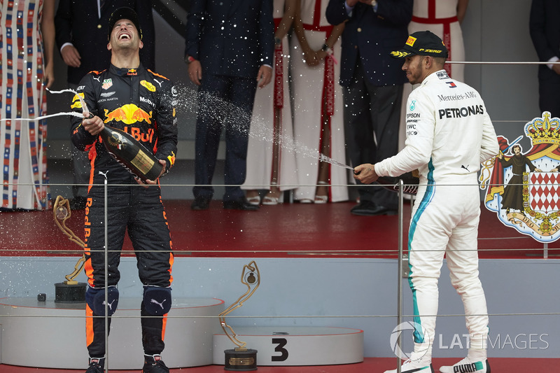 Lewis Hamilton, Mercedes AMG F1, y el ganador de la carrera Daniel Ricciardo, Red Bull Racing, con Champagne