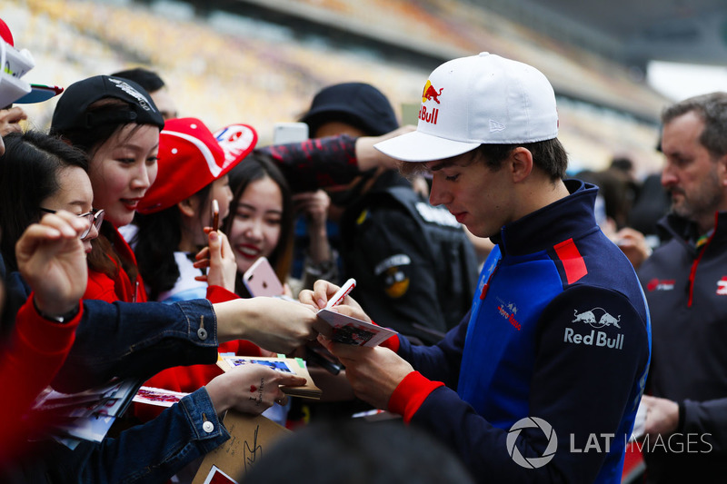 Pierre Gasly, Toro Rosso, signs autographs for fans